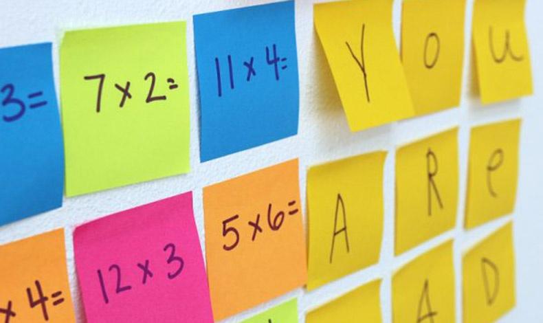 Αριθμοί και γράμματα! Σε έναν πίνακα ξεκινήστε μαζί με το παιδί σας να κολλάτε χρωματιστά Post-it? και η μάθηση γίνεται παιχνιδάκι!