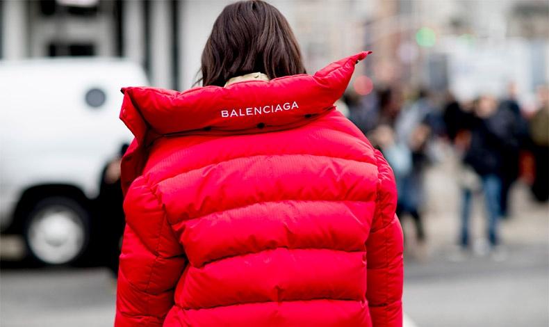 O οίκος Balenciaga έχει πολλές επιλογές πουπουλένιων μπουφάν όπως αυτό το εντυπωσιακό κόκκινο