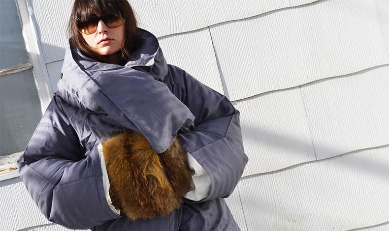 Τα αξεσουάρ, όπως τα μεταξωτά μαντήλια ή οι γούνινες λεπτομέρειες προσθέτουν μια νέα διάθεση σε ένα πουπουλένιο μπουφάν