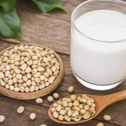 Τα ανόργανα άλατα και οι πρωτεΐνες που περιέχονται στο γάλα σόγιας μειώνουν τη θαμπή όψη και τον αποχρωματισμό του δέρματος