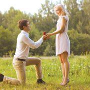 Πρόταση γάμου: Γιατί όμως γονατιστός; Πώς προέκυψε η παράδοση;