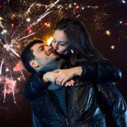Πρωτοχρονιά: Γιατί φιλιόμαστε με τους αγαπημένους μας όταν αλλάζει ο χρόνος;