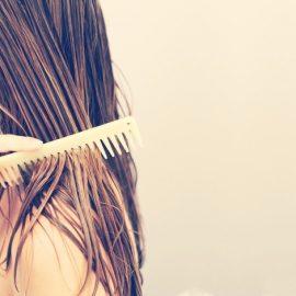 Μην χτενίζεστε όταν τα μαλλιά σας είναι υγρά και προτιμήστε μία ξύλινη χτένα με αραιά δόντια