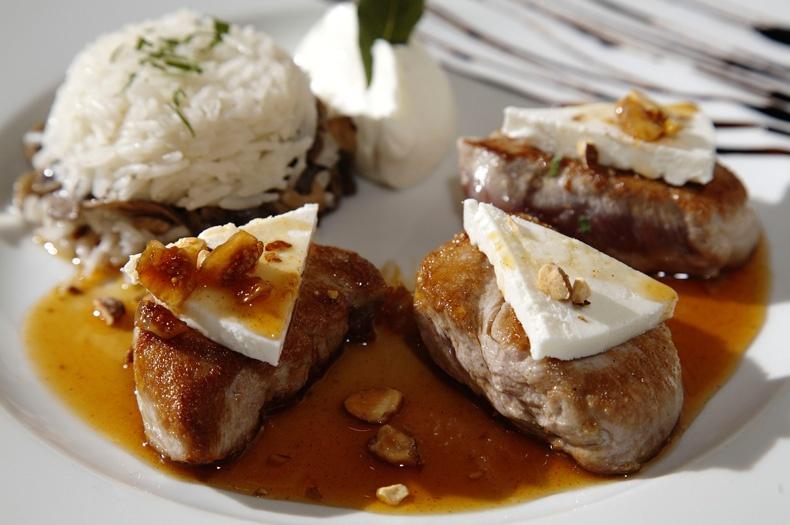 Ψαρονέφρι με μανούρι και σύκα σε σάλτσα από μέλι & αμύγδαλα