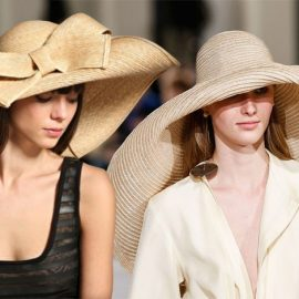 Ψάθα στολισμένη με έναν εξίσου τεράστιο φιόγκο, Topshop // Από τη συλλογή Jacquemus που πιστώνεται την εξάπλωση του κινήματος? με το υπερμεγέθες καπέλο