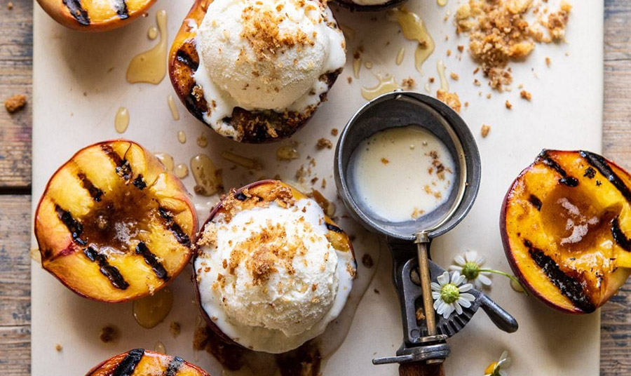 Ψητά ροδάκινα με μέλι, κανέλα και παγωτό: Τι καλύτερο!