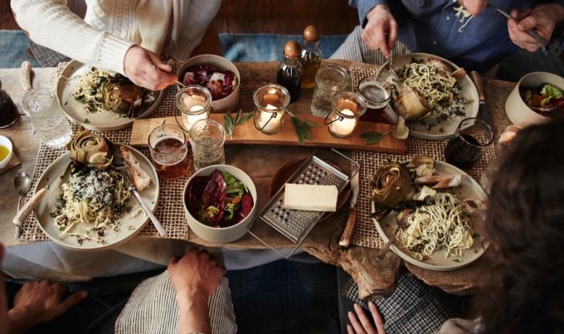 Απολαμβάνοντας ένα γεύμα με παραδοσιακά προϊόντα μαζί με τους ιδιοκτήτες στο απλό εστιατόριο