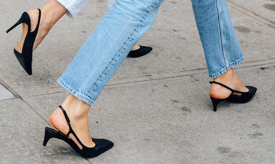 Διαλέξτε παπούτσια με μυτερή φόρμα, η οποία επιμηκύνει το γυναικείο πόδι και ταυτόχρονα έχει την ικανότητα να το δείχνει πιο λεπτό και σμιλεμένο. Αν μάλιστα είναι σε σχήμα V, το αποτέλεσμα ενισχύεται