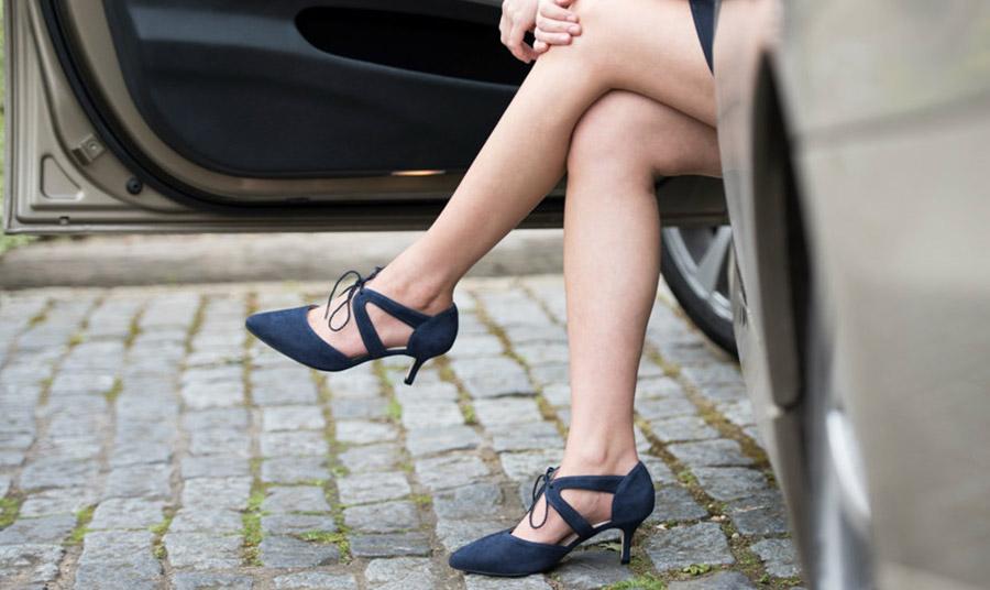 Τα τακούνια τύπου kitten heels αν και γενικά είναι χαμηλά, η κομψότητα και κυρίως η ιδιαιτερότητα της καμπύλης των τακουνιών τους κερδίζουν τις εντυπώσεις
