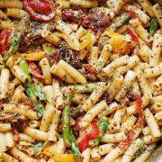 Ριγκατόνι με πιπεριές και σπαράγγια