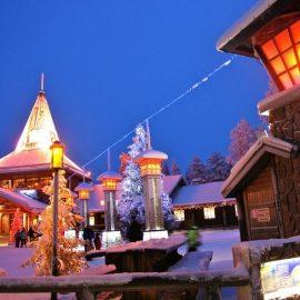 Το χωριό, χτισμένο εξ ολοκλήρου από χοντρούς σκανδιναβικούς κορμούς δέντρων, σου δίνει την εντύπωση ότι βγήκε από άλλες εποχές. Από διάφορα σημεία ξεχύνεται απαλή μουσική και χριστουγεννιάτικα τραγούδια