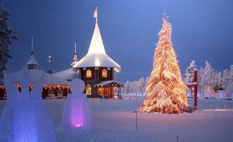 Τα υπέροχα γλυπτά από πάγο είναι φωτισμένα με φαναράκια δημιουργώντας ένα μαγικό σκηνικό