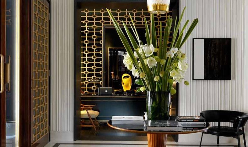 H ρεσεψιόν; Ένα μείγμα από σκανδιναβικού στιλ 50s πολυθρόνες, εντυπωσιακά βάζα, μαύρη οπαλίνα και πινελιές χρυσού. Η υποδοχή που κλέβει την καρδιά και τη ματιά?