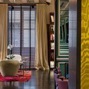 Ένας συνδυασμός από έπιπλα στιλ 60s και 70s στα σαλόνια με πινελιές ρωμαϊκής πολυτέλειας