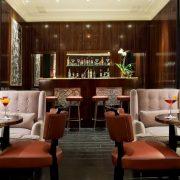 Το μπαρ σε στιλ νεομπαρόκ με νύξεις από τη δεκαετία του ?50 αλλά και την ιταλική αβάν γκαρντ δημιουργεί ατμόσφαιρα αρωματισμένη από dolce vita!
