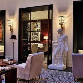 Το κεντρικό σαλόνι θυμίζει κάτι από την κλασική ρωμαϊκή τέχνη με στοιχεία της Αναγέννησης και ιταλικά έπιπλα του ?60 δημιουργώντας μία χαλαρωτική κομψότητα?