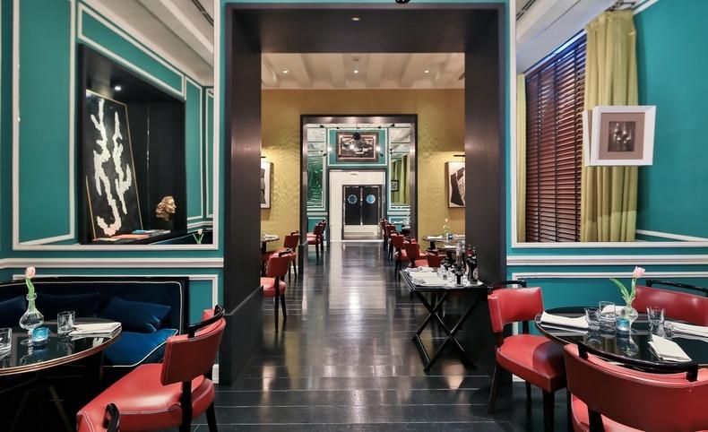 Μία ματιά στο εστιατόριο! Δυνατά χρώματα, καναπέδες και πολυθρόνες που έχουν σχεδιαστεί από τον B?nan, καθρέφτες που αντανακλούν το φως? Ατμόσφαιρα απόλαυσης!