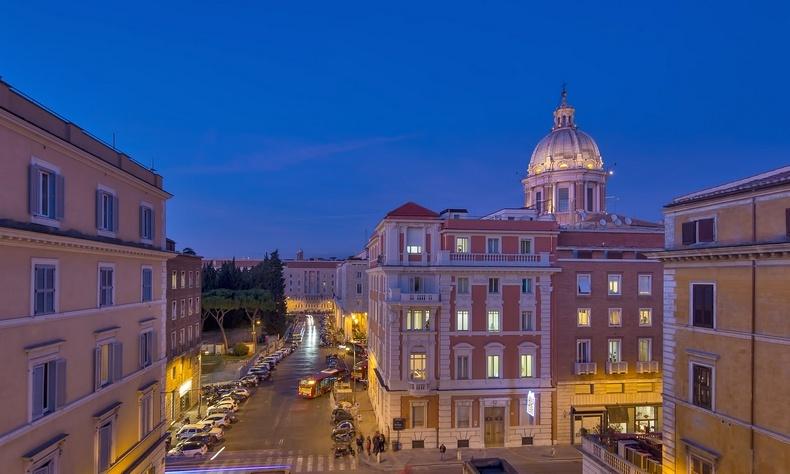 Το ξενοδοχείο αντανακλά κάτι από τα παλάτια της Ρώμης και τους θρύλους της και η θέα από αυτό συνοδεύει την όλη εικόνα?