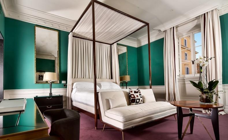 Τα δωμάτια (με διαφορετικά χρώματα και επίπλωση), αντανακλούν μία αρχιτεκτονική ευγένεια και ραφιναρισμένη χάρη