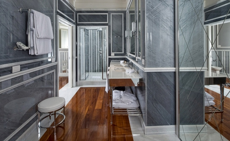 Ένα χαρακτηριστικό μπάνιο: μάρμαρα, ξύλινα δάπεδα, πολυτέλεια και άνεση