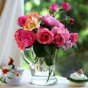 Καλό καθάρισμα, φρέσκα λουλούδια και αρωματικά έλαια θα ανανεώσουν την ατμόσφαιρα του σπιτιού για ευχάριστη διάθεση