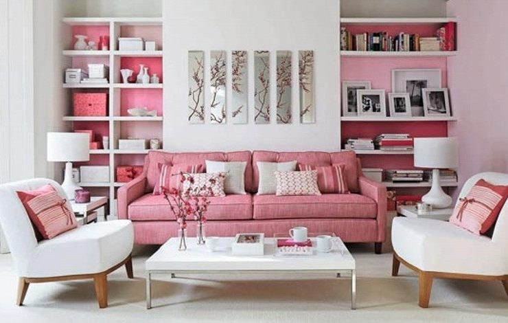 Ο συνδυασμός λευκού και ροζ είναι απλά υπέροχος! Ο ροζ καναπές δίνει τον τόνο, τα μαξιλαράκια και οι τονισμένοι τοίχοι κάνουν τον χώρο? γλυκό αλλά όχι γλυκανάλατο!