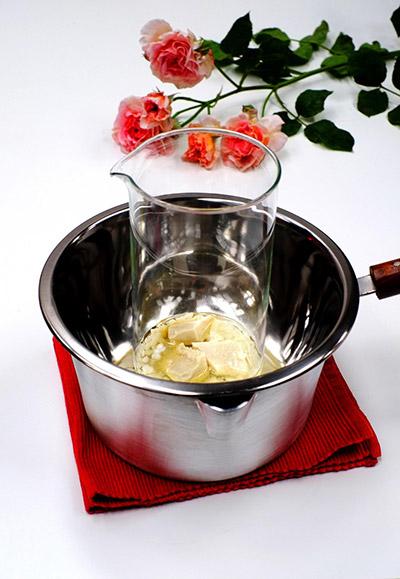 Ανακατέψτε μαζί το βούτυρο καριτέ, το κερί και το καστορέλαιο σε ένα μπρικάκι και το βάζετε σαν μπεν μαρί στο κατσαρολάκι με το νερό, μέχρι να λιώσει το μείγμα σε χαμηλή φωτιά