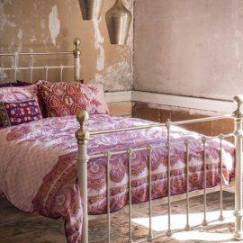Έμπνευση από το Μαρόκο: Στις αποχρώσεις του ροζ και τα ανάλογα διακοσμητικά στοιχεία όπως το σιδερένιο κρεβάτι και τα μπρούντζινα φαναράκια για πιο εξωτικό στιλ