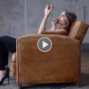 Απολαύστε την Cara Delevigne σε ένα συναρπαστικό και σέξι βίντεο που θα σας πείσει? για τον απόλυτο αισθησιασμό του κραγιόν Rouge Pur Couture!
