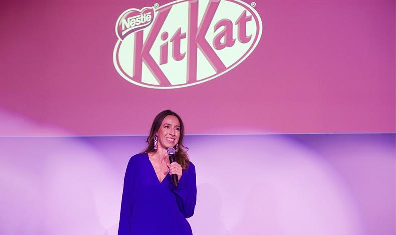 Η Αλεξία Λασκαράτου, υπεύθυνη marketing σοκολάτας της Nestle λίγο πριν την παρουσίαση του τηλεοπτικού σποτ της KitKat Ruby