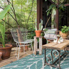 Θέλετε ένα χαλί για εξωτερικό χώρο; Αναζητήστε κάποιο κατασκευασμένο από το υλικό olefin που μπορεί να στρωθεί στη βεράντα ή σε κάποιο αίθριο και αντέχει στην υγρασία ακόμη και στη βροχή