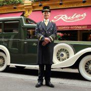Στην είσοδο του εστιατορίου, ένα αυτοκίνητο αντίκα και ο κύριος… Νeville σας υποδέχονται!