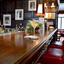 Mεγάλη ξύλινη μπάρα και δερμάτινα stools, όλα όσα περιμένει δηλαδή κανείς σε ένα μπαρ που αποπνέει παράδοση