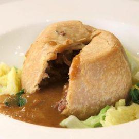 Η αγαπημένη πίτα Steak & Kidney Pie, από τα παραδοσιακά πιάτα της βρετανικής κουζίνας που σερβίρονται εδώ