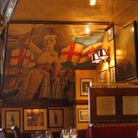 Η καρικατούρα της Μάργκαρετ Θάτσερ, η οποία έτρωγε συχνά εδώ, κοσμεί έναν τοίχο