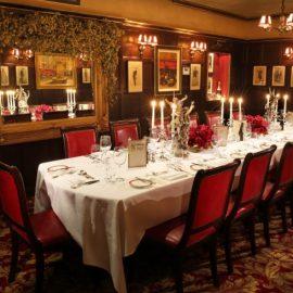 Η αίθουσα Grahame Green με το υπέροχο οβάλ τραπέζι και την υποβλητική ατμόσφαιρα, ως τιμής ένεκεν σε έναν από τους μεγαλύτερους συγγραφείς και σταθερό θαμώνα του Rules