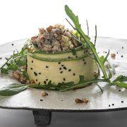 Σαλάτα με αρωματική κινόα μαριναρισμένα κολοκυθάκια και ντρέσινγκ λάιμ