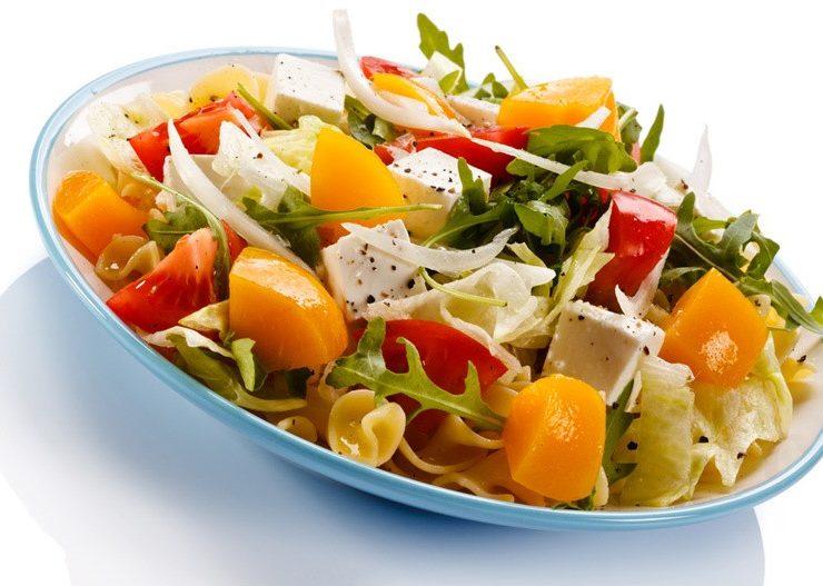 Καλοκαιρινή σαλάτα με ψητά ροδάκινα και χαλούμι