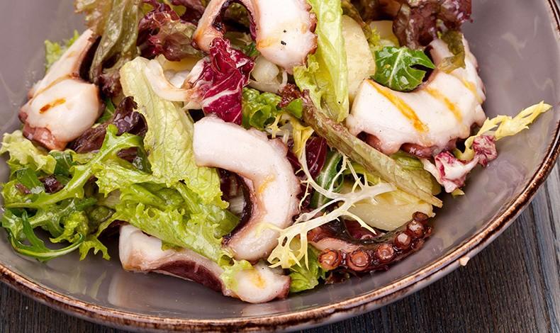 Σαλάτα με χταπόδι και ντρέσινγκ μουστάρδας - φουντουκιού