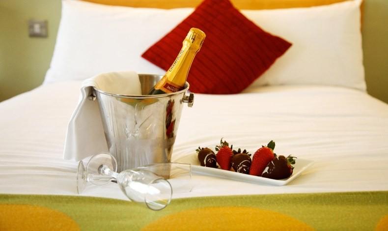 Σαμπάνια και φράουλες τυλιγμένες στη σοκολάτα, το άριστο πρελούδιο μίας βραδιάς που υπόσχεται πολλά! Αρκεί να καταναλωθούν πάραυτα, αλλιώς…
