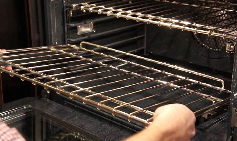 Είναι γνωστό ότι η σχάρα του φούρνου μαζεύει πολύ βρομιά λόγω τη συχνής χρήσης της.