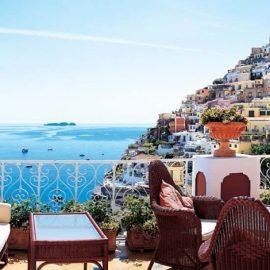 Θέα από τη βεράντα στο Ποζιτάνο, στο μπλε της θάλασσας και στο βάθος τα νησιά των Σειρήνων