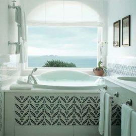 Μπάνιο σε λευκό και μπλε με θέα το απέραντο γαλάζιο!