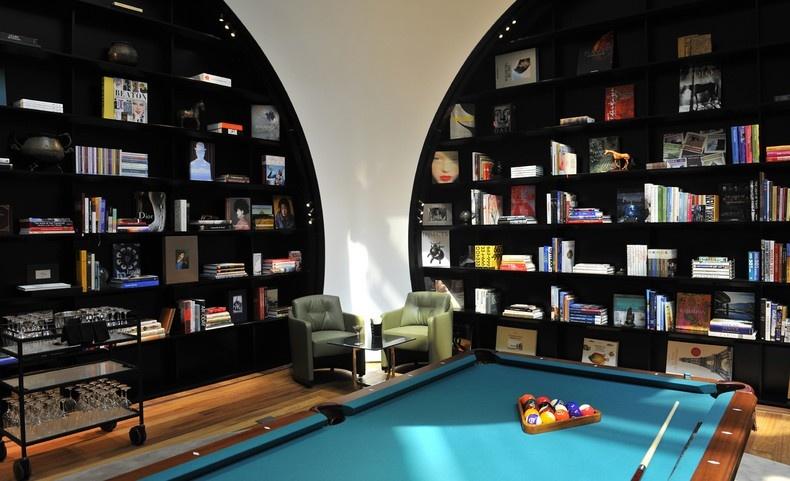 Στον χώρο ψυχαγωγίας με το μπιλιάρδο, στο CIP Lounge της Κωνσταντινούπολης