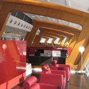 Εντυπωσιακός ο χώρος με έπιπλα που φέρουν την υπογραφή της Poltrona Frau, στο αεροδρόμιο του Σίδνεϊ