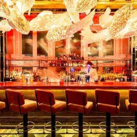 """Ο χώρος του """"Sexy Fish"""" είναι σχεδιασμένος από το Design Studio του Martin Brudnizki και διακοσμημένο με έργα τέχνης από τους Frank Gehry, Damien Hirst και Michael RobertsΈνα από τα βραβευμένα μπαρ της Αθήνας, το The Clumsies, φιλοξενεί μία μοναδική εμφάνιση με ιδιαίτερα κοκτέιλς που αξίζει να γευθείτε!"""