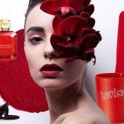 Φορέστε το νέο άρωμα Sexy Ruby, Michael Kors και αφήστε πίσω σας μία σαγηνευτική αύρα // Πέδιλο με κόκκινα κρόσσια, MR by Man Repeller // Mπλούζα με ενσωματωμένη εσάρπα, Tomas Maier // Αρωματικό κερί σε κόκκινο βαζάκι, Loving, Bella Freud Parfum's