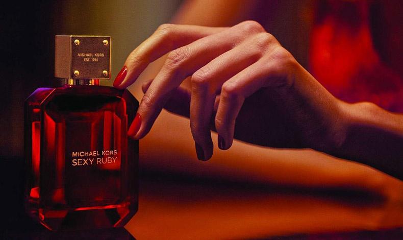Σαν πολύτιμος λίθος με την πιο τέλεια κοπή, το μπουκάλι του Sexy Ruby είναι εντυπωσιακό και προσεγμένο μέχρι τελευταίας λεπτομέρειας για να μοιάζει όλο και περισσότερο σε αυτό που είναι: ένα πολύτιμο, λαμπερό, βαθύ κόκκινο, ρουμπίνι. Το χρυσό πώμα του, δίνει μία επιπλέον νότα πολυτέλειας!