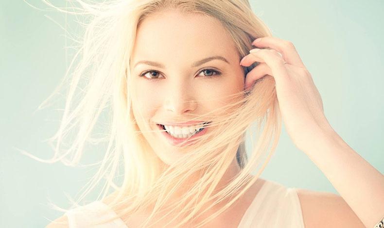 Όταν προσπαθείτε να γοητεύσετε τον συνομιλητή σας, είναι συνηθισμένο να αγγίζετε ασυναίσθητα τα μαλλιά σας ή να παίζετε με μία τούφα, ενώ ένα λαμπερό χαμόγελο κάνει το πρόσωπό μας να φωτίζεται!