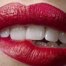 Όταν μια γυναίκα κουβεντιάζει με έναν άντρα και ασυναίσθητα δαγκώνει το χείλος της, είναι κάτι που οι άντρες βρίσκουν απίθανα σέξι